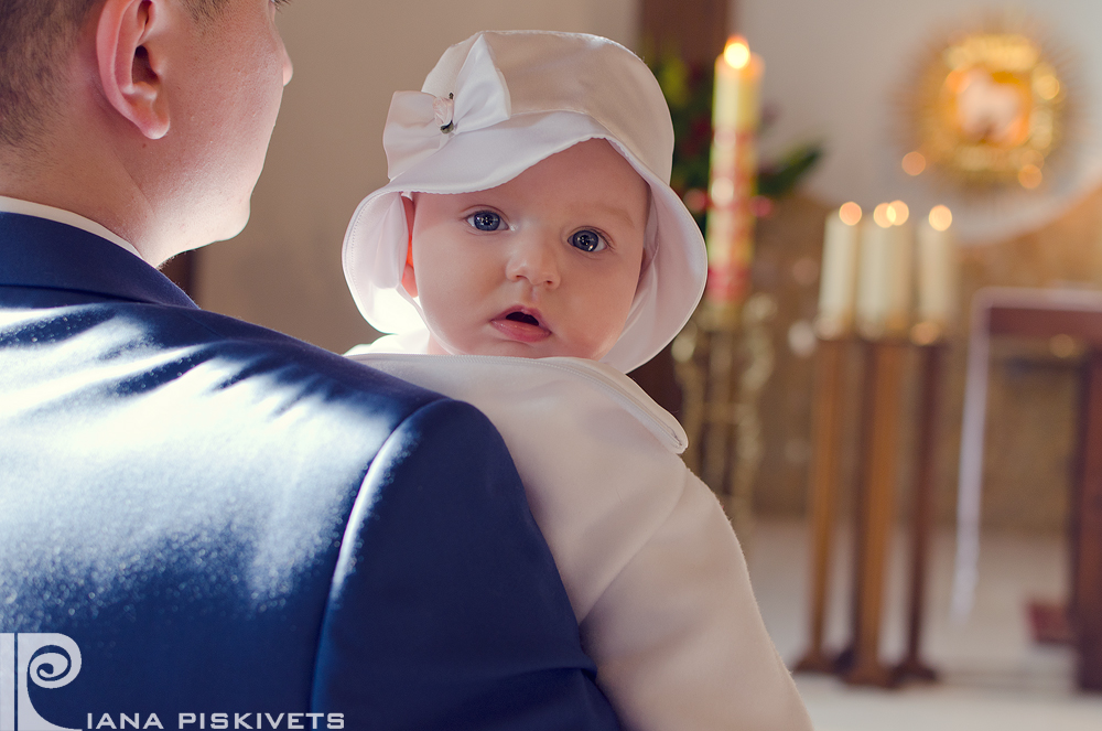 Professional photographer in church church after service service children's photosession of newborn babies beautiful gentle common family photos near church church girl parents kiss moms tenderness christening gift photobook price tag price