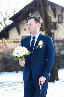 Наречений з весільним букетом в міському парку чекає наречену, Пшушков, Варшава, Польща, реєстрація шлюбу в загсі, в Польщі, в Європі, молоді, весільний фотосет, професійний фотограф у Варшаві, фотки з загсу, весілля, весільна фотокнига, справжнє кохання