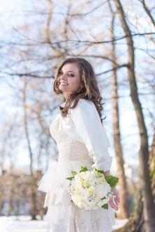 Щаслива жінка, радісна наречена з квітами, фотограф на весілля, щаслива і красива з букетом квітів, гарний весільний портрет нареченої, професійний весільний фотограф за кордоном, весільні фотографії, весільна фотокнига, справжня любов, щаслива наречена.