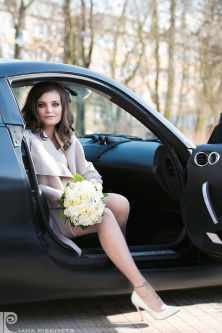 Professional photographer in Warsaw. Hands of a bride with a ring and a beautiful wedding manicure. Beautiful Women. Marriage, happy groom, bride bouquet, wedding photo shoot, marriage USC Pruszkow, romantic photo session.