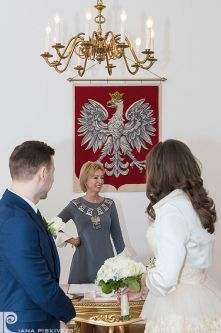 Класична весільна фотозйомка, молоді, наречені, ведуча, реєстрація шлюбу в Пшушкові та Варшаві, в залі урочистостей, весілля, свято, розпис в загсі, весільний репортаж з розпису, весільна фотосесія та репортажна фотозйомка в Польщі, свідоцтво про шлюб.