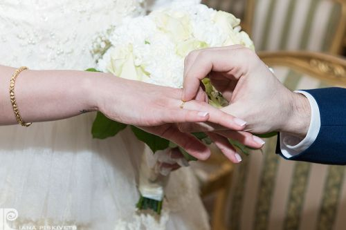 Шлюб, наречений, наречена, обручка на руці нареченої, оригіналье весілля, елегантна пара, романтика, весільний фотограф на весілля у Варшаві, фотографії з цивільного шлюбу, обітниця, реєстрація в загсі, букет нареченої обручка на руці, весільна церемонія.