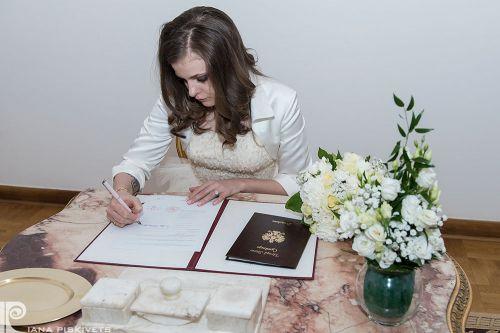 Фотографії із загсу, свідоцтво про шлюб, реєстрація шлюбу, наречена підписує, підпис нареченої, молода, весільний репортаж в загсі, професійний фотограф в Варшаві і Польщі, весільні фотографії, весільна фотокнига, шлюб, урочиста фотозйомка вашого свята.