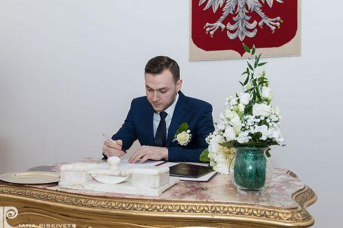 Фотографії із загсу, свідоцтво про шлюб, реєстрація шлюбу, наречений підписує, підпис нареченого, молодий, весільний репортаж в загсі, професійний фотограф в Варшаві, Польщі, весільні фотографії, весільна фотокнига, шлюб, урочиста фотозйомка вашого свята.