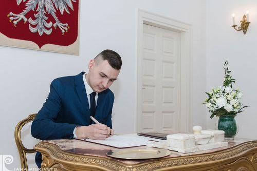 Класична весільна фотозйомка, свідок в синьому костюмі, підпис свідків, реєстрація шлюбу в Пшушкові та Варшаві, друг нареченого, весілля, розпис в загсі, весільний репортаж з розпису, любов, весільна фотосесія та репортажна зйомка в Польщі, фотографую.