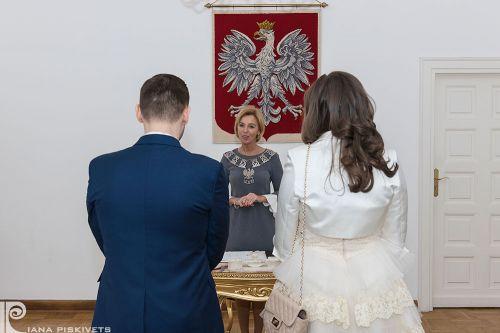 Класична весільна фотографія, реєстрація шлюбу в Варшаві, весільні обручки як символ нескінченної любові, сльози радості, весілля, розпис в загсі, весільний репортаж з розпису, любов, весільна фотосесія та репортажна зйомка в Польщі, фотограф за кордоном.