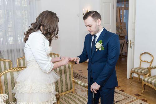 Фотографії із загсу, реєстрація шлюбу, наречена одягає обручку, обручка для коханого, весілля, перстень, весільний репортаж в загсі, професійний фотограф в Польщі, весільні фотографії, весільна фотокнига, любов, фотозйомка торжества, сімейне щастя.