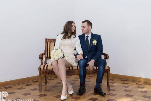 Фотографії із загсу, свідоцтво про шлюб, реєстрація шлюбу, наречена підписує, підпис нареченої, весілля, реєстрація, весільний репортаж в загсі, професійний фотограф в Варшаві і Польщі, весільні фотографії, весільна фотокнига, шлюб, урочиста фотозйомка.