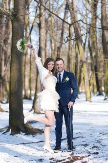 Пара з весільним букетом, міський парк в Пшушкові, реєстрація шлюбу, фотограф Європа, щасливі молодята, весільний фотосет, професійний фотограф на весілля, фотографії з весілля, весільна фотокнига, справжня любов, щаслива наречена, чоловік та дружина.