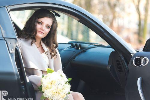 Наречена в авто, красива жінка з квітами, весільний автомобіль, букет нареченої, весільна фотосесія поблизу Варшави, біла сукня, реєстрація шлюбу в Пшушкові, ідеї, пози, місця для романтичної фотосесії. Професійний фотограф, якісні фото, фотокниги, фото.