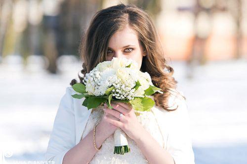 Жінка класу люкс, наречена з квітами, фотограф на весілля, щаслива і красива з букетом квітів, гарний весільний портрет нареченої, професійний весільний фотограф за кордоном, весільні фотографії, весільна фотокнига, справжня любов, щаслива наречена.