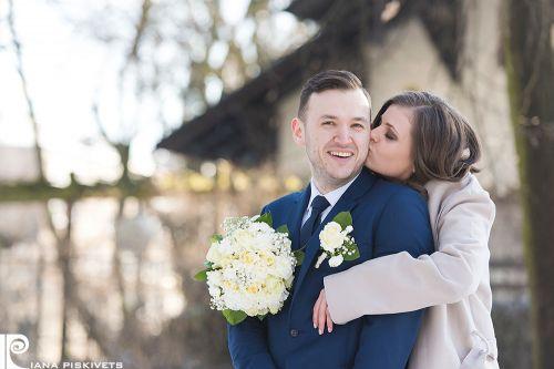 Наречені з весільним букетом в міському парку, Пшушков, Варшава, Польща, реєстрація шлюбу в загсі в Польщі, фотограф в Європі, молодята, весільний фотосет, професійний фотограф у Варшаві, фоточки з весілля, весільна фотокнига, справжнє кохання, любов