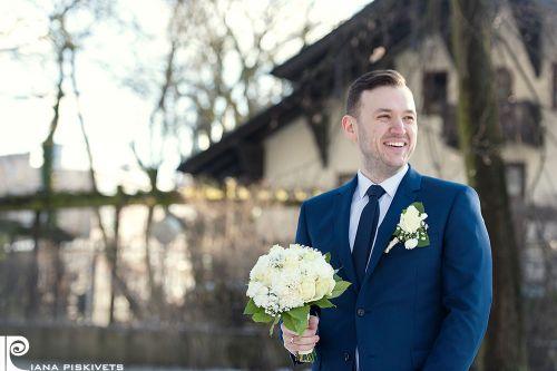 Наречений з весільним букетом в міському парку чекає на наречену, Пшушков, Варшава, Польща, реєстрація шлюбу в загсі, в Польщі, в Європі, молоді, весільна фотосесія, професійний фотограф у Варшаві, красиві весільні фотографії, фотки з весілля, фотокнига.