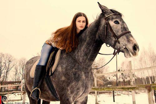 Dziewczynka na koniu pomysły na sesje zdjęciową z koniem sesja na koniach zdjęcia plenerowe na koniu ślubny plener na koniu fotografia koni zdjęcia koni sesja zdjęciowa kobieca Warszawa