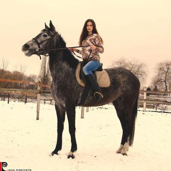 na koniu sesja ślubna w stadninie koni Pomysły na sesje zdjęciową z koniem sesja na koniach zdjęcia plenerowe na koniu ślubny plener na koniu fotografia koni zdjęcia koni sesja zdjęciowa kobieca Warszawa