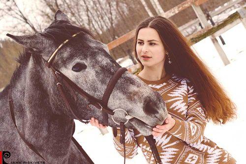 Fotografia komercyjna sesja portretowa w stadninie koni pomysły na sesje zdjęciową z koniem sesja na koniach zdjęcia plenerowe na koniu ślubny plener na koniu fotografia koni zdjęcia koni sesja zdjęciowa kobieca Warszawa