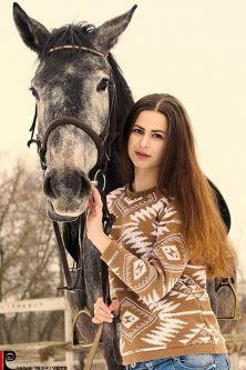 Sesje fotograficzne z końmi sesja portretowa w stadninie koni pomysły na sesje zdjęciową z koniem sesja na koniach zdjęcia plenerowe na koniu ślubny plener na koniu fotografia koni zdjęcia koni sesja zdjęciowa kobieca Warszawa