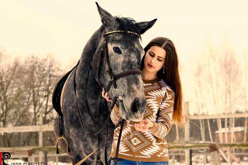 Ciekawe pomysły na sesje z koniem! portret w stadninie koni pomysły na sesje zdjęciową z koniem sesja na koniach zdjęcia plenerowe na koniu ślubny plener na koniu fotografia koni zdjęcia koni sesja zdjęciowa kobieca Warszawa