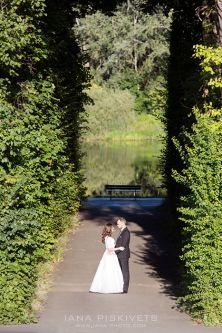 Красиві фотографії з Вашого весілля в столиці Польщі - Варшаві в Європі. Весільна фотосесія в центрі міста, біля річки, на пляжі, взимку, навесні, влітку, восени. Профессіональний весільний фотограф Варшава. Виготовлення та друк весільної фотокниги.