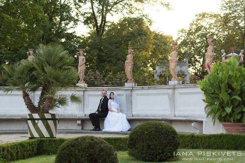 Весільна фотосесія в Королівському Замку в Варшаві, в Парку Вілянув, Лазенках Королівських, Старому Місті. Красиві фотографії з Вашого весілля в Європі. Весільна фотосесія в місті взимку, навесні, влітку, восени. Весільний фотограф Варшава, Польща.