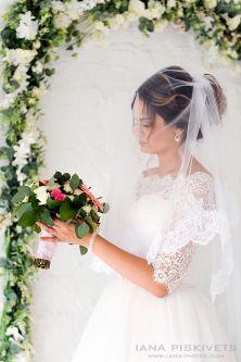 Портрет нареченої, фотосесія в фотостудії. Фотограф в Варшаві.  Професійна фотозйомка Вашого свята: вінчання, весілля, шлюбу, ювілею, лав-сторі, хрестин. Послуги весільного фотографа в Польщі. Виготовлення весільної фотокниги і фотокниги з хрещення.