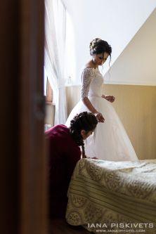 Ранок нареченої. Квіти для нареченої, номер в готелі, весільна сукня, весільний букет - чудовий ранок нареченої, приголомшливі кадри, красиві весільні фотографії, весільна фотокнига. Підготовка нареченого і нареченої до весілля. Весільний фотограф Варшава