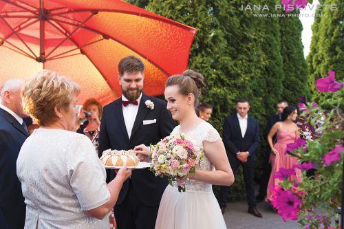 Молодят зустрічають хлібом сіллю. Весільний коровай. Весільний бенкет в готелі Громан, перший весільний танець молодих, весільний торт, весільні розважальні конкурси, обряд зняття фати нареченої. Професійний весільний фоторепортаж Варшава Польща.