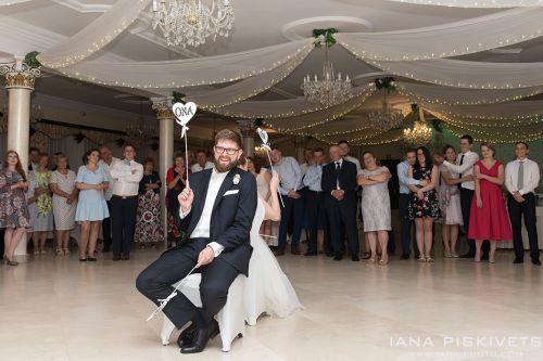 Весільний бенкет в заміському готелі Громан, перший весільний танець молодих, весільний торт, весільні розважальні конкурси, обряд зняття фати нареченої. Весільний фотограф в Варшаві. Професійний весільний фоторепортаж Варшава Польща. Фотосесія в Варшаві.