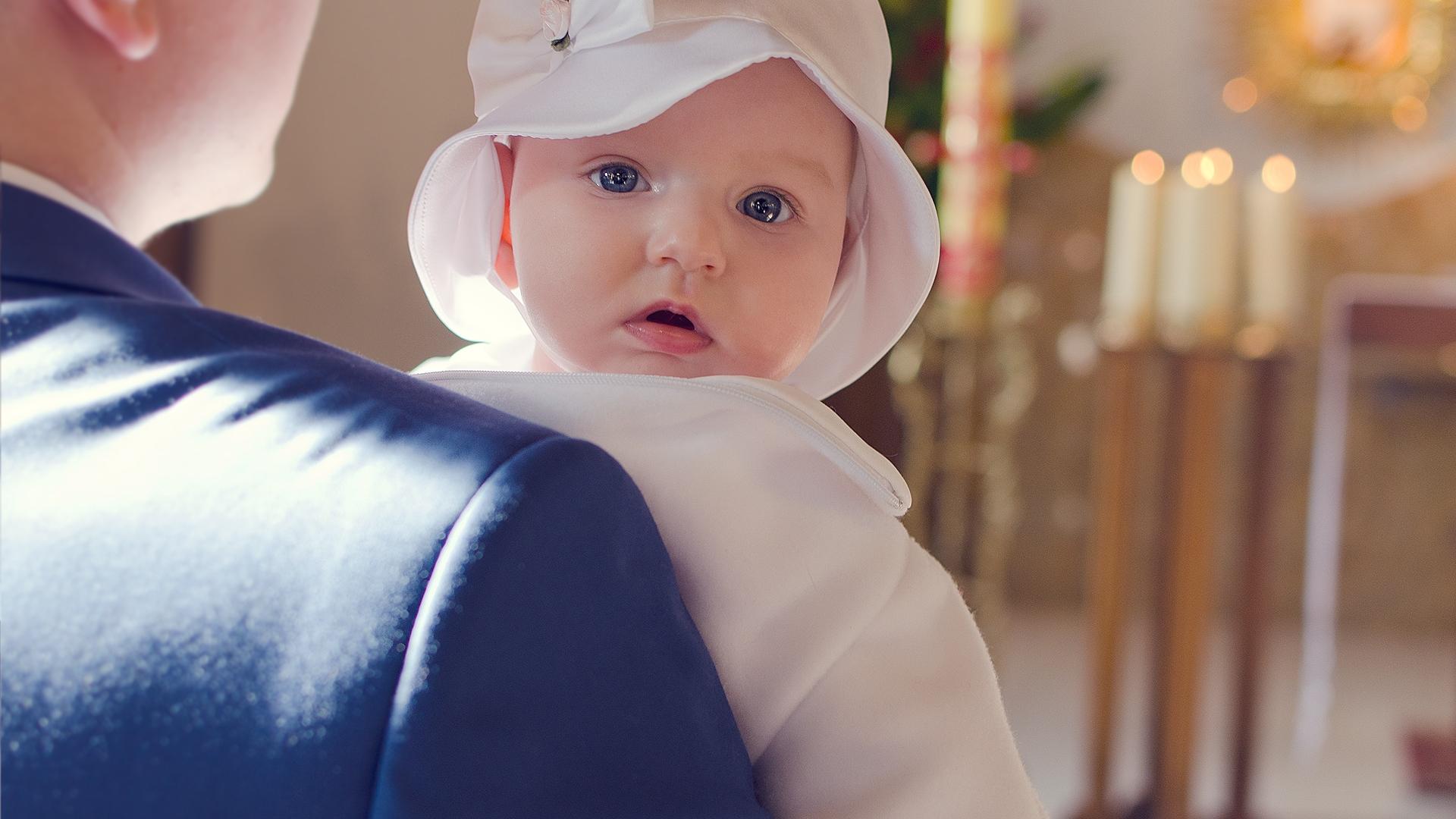 Хрещення - фотографії хрестин. Репортаж з хрещення дитини в Варшаві. Фотограф на хрестини, фотосесії вагітності, новонароджених. Виготовлення фотокниг. Фотограф Варшава, Польща. Фотографую в Польщі.