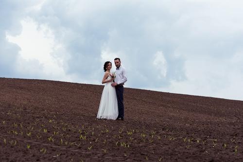 наречений з нареченою на полі