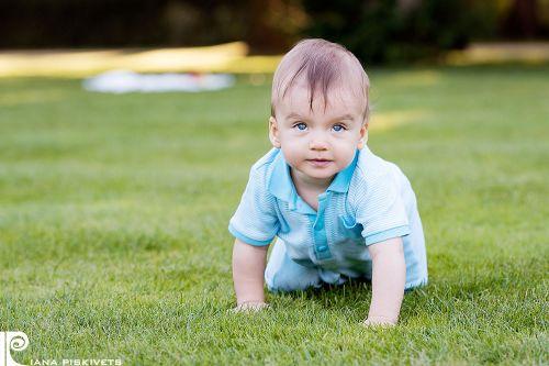 фотографія хлопчика Дитячий і сімейний фотограф в Варшаві Польща - послуги професійної дитячої та сімейної фотозйомки. Фотосесії для дітей, новонароджених, вагітних, сімейні фотосесії в парку Лазенки Королівські в Варшаві.